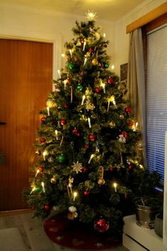 – Lettstrikka pannebånd Christmas Tree, Holiday Decor, Diy, Home Decor, Teal Christmas Tree, Do It Yourself, Homemade Home Decor, Bricolage, Xmas Trees