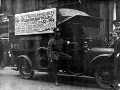 Einer der ersten motorisierten Krankenwagen der Heilsarmee, der 1914 in Frankreich in Dienst gestellt wurde. Am Tag dieser Aufnahme hatte dieser Krankenwagen bereits über 20.000 Verwundete transportiert.