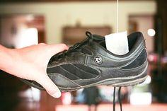 Per Deodorare le scarpe Per evitare che la vostra casa si impregni di cattivi odori, provenienti dalle scarpe maleodoranti, basta porre dentro la scarpa che non viene utilizzata una bustina di tè secca e il gioco è fatto.