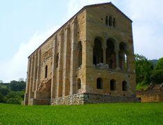 En 1985, la Unesco declaró los Monumentos de Oviedo y del Reino de Asturias Patrimonio de la Humanidad. Entre ellos está Santa María del Naranco. Historical Architecture, Art And Architecture, Romanesque Art, Paraiso Natural, Madrid, Oviedo Spain, Mansions, House Styles, Aurora