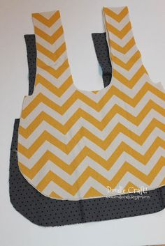 Here's how to make a GREAT reversible bag! I got the pattern here from Very Purple Person . Just print it off and tape it toget. Bag Pattern Free, Bag Patterns To Sew, Sewing Patterns Free, Sewing Tutorials, Sewing Crafts, Sewing Projects, Diy Crafts, Sewing Ideas, Japanese Knot Bag