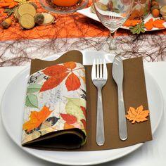 Wunderschöne Herbstliche Tischdekoration In Warmen Farben Braun Und Orange  Kombiniert Mit Pokalleuchtern In Champagne Und Drahtaccessoires