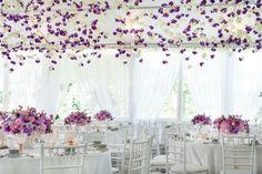 déco de mariage avec centre de table en lilas et rose et décoration en blanc