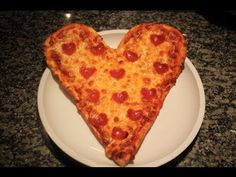 PIZZA en forma de Corazon <3 Ingredientes: - 2 teaspoons de levadura  - 2 tablespoons de azúcar  - 1/2 teaspoon de sal  - 1 tablespoon de aceite - 3 tazas de bread flour/harina para hacer pan (puedes usar harina normal, aunque esta sabe mucho mejor) - tu salsa favorita de tomate - queso mozzarella (al gusto) - peperoni (al gusto) NOTA: 1 teaspoon = cucharada cafetera, 1 tablespoon = cucharada sopera