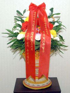 김일성동지와 김정일동지의 동상에  외국의 단체와 인사들이 꽃바구니를 보내여왔다