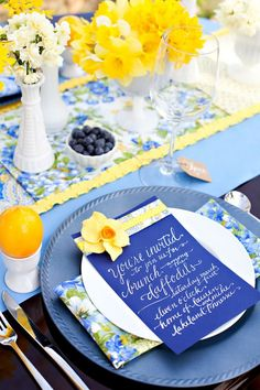 5 spring wedding essentials 5 Spring Wedding Essentials Blue and yellow wedding inspiration for spring brides that aren't into pink :) Karrie Pharris - Wedding Colors Spring Wedding Colors, Yellow Wedding, Spring Weddings, Summer Wedding, Daffodil Wedding, Blue Table Settings, Spring Party, Spring Summer, Happy Spring