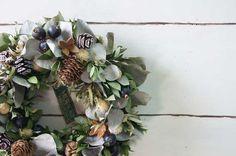 たっぷりのドライ花材と木の実等で制作しました。これからの季節はもちろんクリスマス後も長い間お飾りいただけます。軽量なので場所を選ばずどこにでもお飾りいただけます。サイズ 直径 約22cm花や葉等がポロポロと落ちることがありますが商品の性質上ご容赦願います...