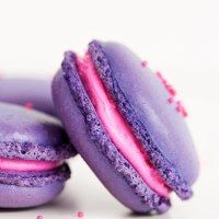 Learn how to make a classic French Macaron! It's actually pretty easy to make homemade macarons. Every bite of this sweet vanilla macaron with vanilla buttercream filling is melt-in-your-mouth goodness. The perfect dessert recipe! Macaron Dessert, Macaron Cookies, Easy French Macaron Recipe, Macaroons Flavors, Vanilla Macarons, French Macaroons, Pink Macaroons, Macaroon Recipes, Homemade Desserts