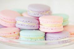 Je suis une folle de macarons alors quand le soleil pointe le bout de son nez je passe à la boulangerie m'acheter quelques macarons, je me mets sur ma terrasse et je sirote mon thé en dégustant mes petits macarons préférés...