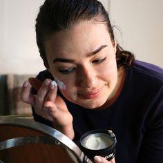 Bei täglicher Anwendung dieser leichten Creme im Gesicht wird sich beanspruchte und trockene Haut himmlisch anfühlen und auch so aussehen. Wir stellen sie aus hautberuhigenden Inhaltsstoffen her, die eine leichte Schutzschicht auf der Haut aufbauen, um Feuchtigkeit zu binden. Mandeln mit ihrem hohen Vitamin-E-Gehalt sollen die Haut vor Schädigungen schützen, während Taubenorchideen pflegen und beruhigen.