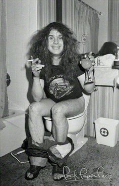 Ozzy taking a shit