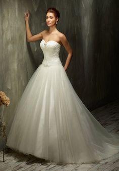Romantisch verspieltes Hochzeitskleid im Ballkleid-Stil mit langer Schleppe aus Spitze und Tüll in Elfenbein und Weiß - von Lisa Donetti