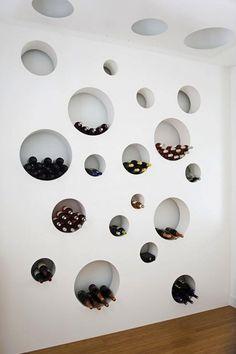 Nous vous proposons quelques inspirations de caves à vin. On espère que vous aimerez notre sélection. On aime le plafond courbé en brique. Une cave à vin secrète, on aime l'idée. Quelques cav…