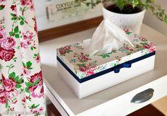 Ozdobne pudełko z motywem kwiatowym będzie elegancką i stylową kryjówką dla chusteczek.  Zobacz, jak zrobić chustecznik decoupage krok po kroku: http://zrobiszsam.muratordom.pl/dekoracje/w-domu/ozdobne-pudelko-na-chusteczki-chustecznik-krok-po-kroku,12_165.html
