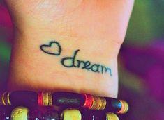 tattoo am handgelenk schriftarten ideen herz