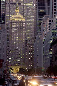 Una avenida pasa por debajo del Edificio Helmsley. NYC