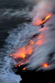 Um incrível espetáculo visual que foi capturado pela lente de Bruce Omori. O fotógrafo viu e documentou no Havaí como a lava que sai de um vulcão explode em direção à costa e, quebrada em pedaços, se transforma em areia preta e forma uma nova praia. A Big Island é conhecida por sua areia preta e o fenômeno vale a pena ser visto: a lava ...