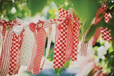 vintage picnic wedding   Vintage Picnic Ideas {Guest Feature}