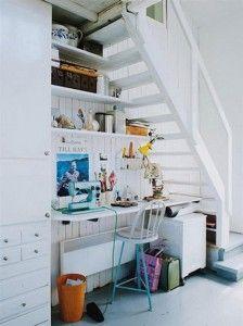 Rincón creativo en el hueco de la escalera