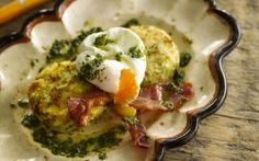 This recipe combines potato cakes with poached eggs, grilled bacon and a tasty Mojo sauce to make a really good supper dish Irish Recipes, New Recipes, Favorite Recipes, Yummy Recipes, Yummy Food, Bacon Recipes, Cream Recipes, Best Breakfast Recipes, Brunch Recipes