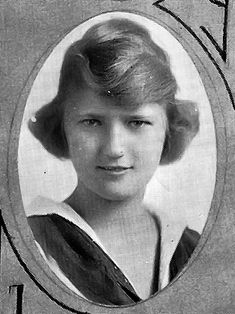 Zelda Fitzgerald in her Sidney Lanier High School yearbook (born Zelda Sayre in Montgomery, Alabama Scott And Zelda Fitzgerald, Paris 1920s, Yearbook Photos, People Of Interest, Jazz Age, Flash Photography, Picture Collection, Vintage Photos, Authors