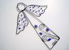 Noční anděl Drátovaný anděl z černého vázacího drátu, dozdobený skleněnými korálky a skleněnými lístečky. Vhodný k zavěšení pomocí přiloženého háčku na zeď, dveře...nebo můžete andílka pověsit na vlasec do okna či postavit jen tak na poličku či římsu krbu....... Velikost andílka bez háčku: 24 cm x 18 cm Cena za 1 kus