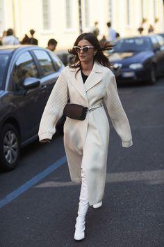 Milan fashion weeks 47921183519374576 - Un mini sac banane Source by operinaz Printemps Street Style, Milan Fashion Week Street Style, Street Style Trends, Spring Street Style, Milan Fashion Weeks, Cool Street Fashion, Look Fashion, Street Style Women, Fashion Mode