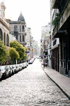 una calle en Buenos Aires Argentina Calles Defensa..