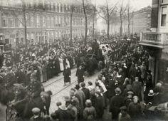 Eerste Wereldoorlog, Honger-onlusten. De begrafenis van een oudere heer, doodgeschoten door een verdwaalde kogel tijdens de honger-rellen in...