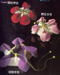 Oi pessoal! Achei essas lindas bolsinhas no fórum que já citei aqui no blog o My DIY Club . Para ampliar a imagem é só clicar nelas.       E... Sewing Art, Love Sewing, Vintage Sewing Patterns, Sewing Crafts, Sewing Projects, Mochila Tutorial, Japan Crafts, Fabric Origami, Origami Fashion