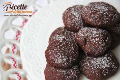 Biscotti leggeri al cacao realizzati con lo yogurt, ma senza burro né uova. Se siete alla ricerca di biscotti light provate anche i biscotti integrali con gocce di cioccolato o quelli alle mandorle.