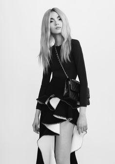 CR FashionBook 1 GIRL, 1 BAG, 7 LOOKS