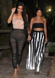 Kim Kardashian wearing Lainarauma Bodysuit and Maison Martin Margiela Leggings Kardashian Style, Kardashian Jenner, Kourtney Kardashian, Kardashian Fashion, Kardashian Photos, Kim And Kourtney, Men With Street Style, Swagg, Celebrity Style