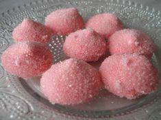 Après une étude poussée de la guimauve il fallait passer à une autre étape : la fraise tagada, certainement plus facile à réaliser que le nounours chocolat guimauve pour lequel des moules sont nécessaires. Il vous faut donc : 220 G de sucre en poudre...