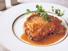 大宮 勝雄さんの豚ロース肉を使った「ポークジンジャー」のレシピページです。白ワインとりんごジュースが入っているので、香りもひときわ。肉を柔らかくジューシーに仕上げましょう。 材料: 豚ロース肉、ソース、クレソン、塩、こしょう、小麦粉、サラダ油