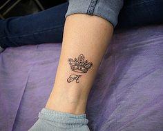 маленькая татуировка корона и буква