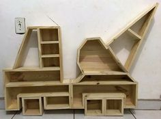 Build a Dog House with Recycled Pallets - Woodworking Finest Diy Pallet Wall, Wooden Pallet Projects, Pallet Shelves, Reclaimed Wood Furniture, Pallet Crafts, Diy Furniture, Pallet Ideas, Wood Crafts, Diy Projects