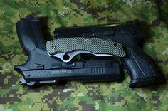 Pištole Grand Power K100 vo verzii G9 a K22S s nožom Spyderco Laci Szabo