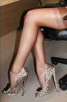 Seductive Women, Only Shoes, Sexy Stockings, Louboutin Pumps, High Heels, Footwear, Legs, How To Wear, Panty Hose