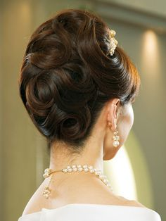 Back メリアを中心に、花びらを一枚一枚ていねいに飾ったヘッドコサージュはまさに花嫁のためのアクセサリー。