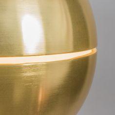 Hanglamp Slice 50 messing - Deze retro hanglamp met een smalle doorsnede in het midden van de kap. Uit de doorsnede komt ook licht en dit geeft een bijzonder lichteffect. De hanglamp is gemaakt van aluminium uitgevoerd in messing. Daarnaast wordt de lamp geleverd met een bijpassend plafondkapje.