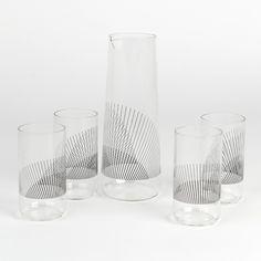 Liliana Ovalle diseñó un set de jarra y vasos de vidrio que crean un efecto Moirè al agrupar las impresiones de los mismos, creando sensación de profundidad y paisajes.