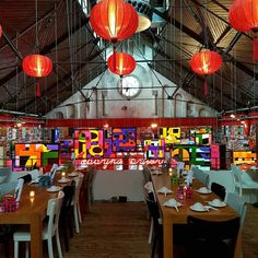 We waren weer eens bij Happyhappyjoyjoy in Oost. Toch wel heel vet wat ze met deze plek gedaan hebben. #design #happyhappyjoyjoy #Asian #juliusjaspers #iqcreative #Restaurantdesign #interiordesign #style #lights