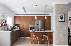 Plawood kitchen carpentry & kitchen island next to consractive concrete colloum עמוד בטון וקרניזים במראה קלאסי (צילום: אביעד בר נס)