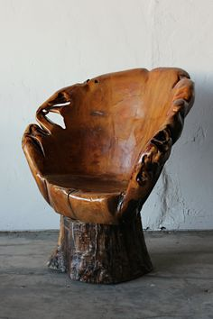 Hand Carved Tree Trunk Chair I am not for killing trees but for bringing them back to life. like how it is part off a full tree not cut up wood. Log Furniture, Unique Furniture, Furniture Design, Natural Wood Furniture, Tree Carving, Wood Art, Wood Crafts, Wood Projects, Hand Carved