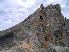 *La Torre de los Horcados Rojos (2506 m.) es una de las montañas más importantes de los Picos de Europa. Se eleva en el límite entre Asturias y Cantabria, en pleno Macizo Central de los Picos de Europa o Macizo de los Urrieles. **La ruta al refugio de Cabaña Verónica es de las más frecuentadas en el Parque Nacional de Picos de Europa. En pleno Macizo Central (en territorio cántabro) se encuentra el Teleférico de Fuente Dé (El Cable), que salva 753 m. de desnivel, dejando al montañero a 1823…