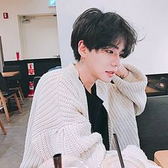 tristan in one of yifan's cardigans after getting cold waiting for a flight Korean Boys Ulzzang, Cute Korean Boys, Ulzzang Boy, Korean Men, Cute Asian Guys, Asian Boys, Asian Men, Asian Girl, Beautiful Boys