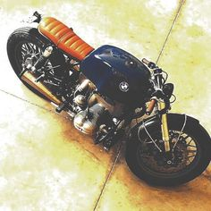 Travel, Cafe Racers and Fashion. Vintage Cafe Racer, Vintage Bikes, Custom Motorcycles, Custom Bikes, Bmw Cafe Racer, Cafe Racers, Sweet Cafe, Bmw Motors, Bobber Style