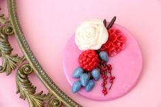 Blumen & Beeren Brosche/Haarspange aus Fimo  von MeMagic's auf DaWanda.com