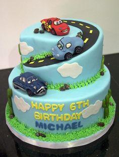 gâteau anniversaire original à 3 étages pour garçon avec Cars